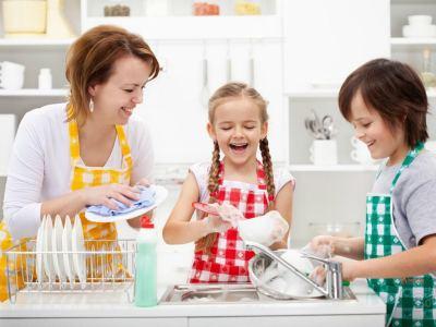 Дети моют посуду фото