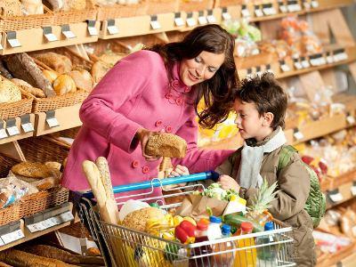 Дети выбирают продукты с родителями