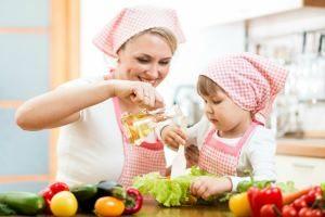 Как научить ребенка помогать на кухне
