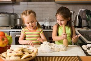 Как научить ребенка готовить еду, подсказки родителям