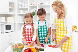 Как сшить красивый и удобный фартук для кухни? Идеи, выкройки, фото пошагово