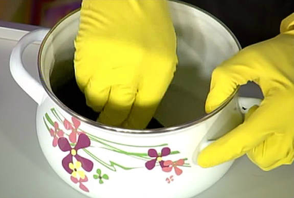 Как очистить эмалированную кастрюли внутри