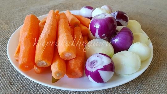 Лук и морковь для приготовления грибной солянки