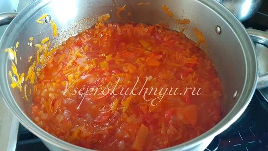 Тушеное лечо из помидор, перца, моркови