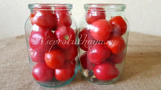 Плотно наполнить банку помидорами
