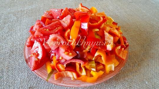 Нарезать помидоры и перец на лечо