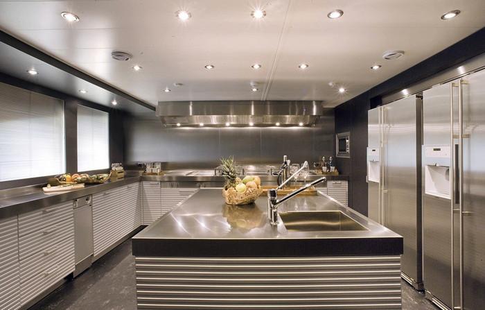 Серебристая кухня в стиле хай-тек