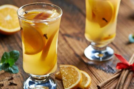 Освежающий напиток с апельсином и корицей