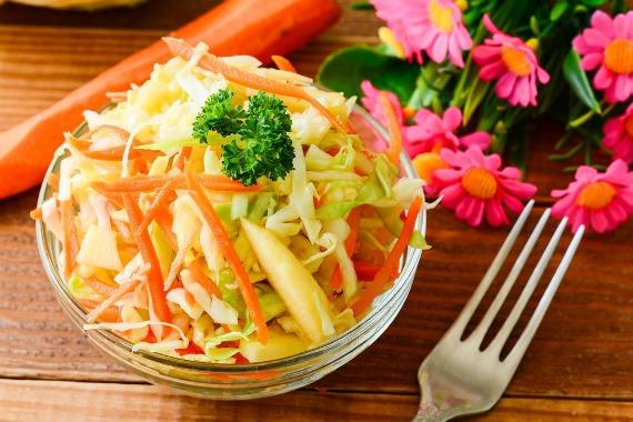 Салат из сырой белокочанной капусты с яблоками и морковью