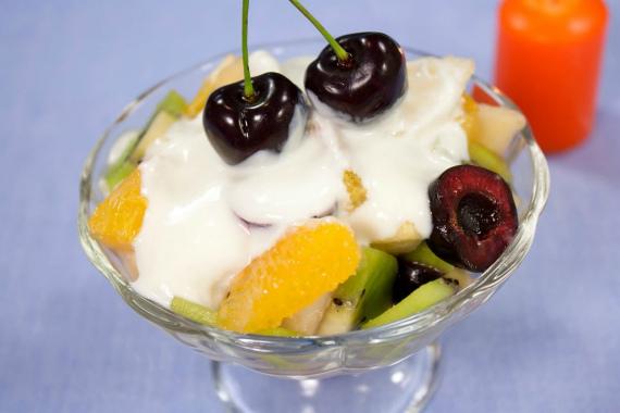 Салат из черешни и апельсина с йогуртовой заправкой