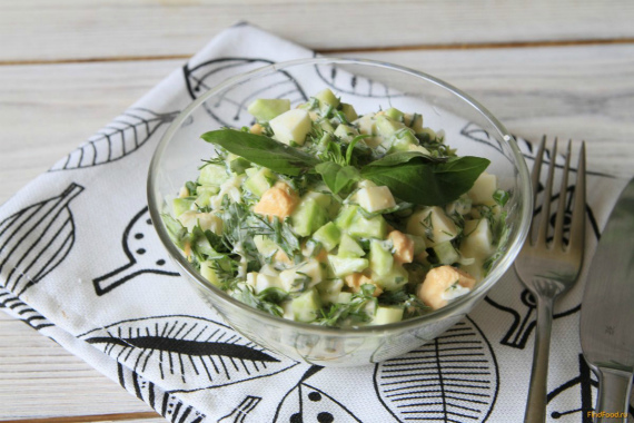 Салат из огурца яиц и зелени