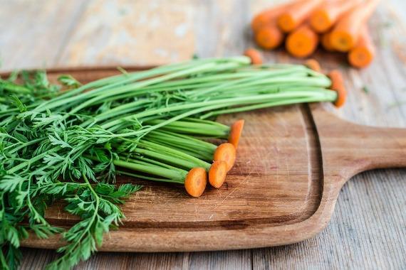 Морковная ботва: чем полезна и как принимать