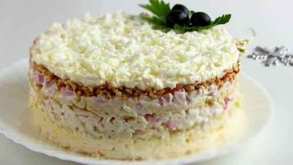 Салат с плавлеными сырками и орехами Снежная королева