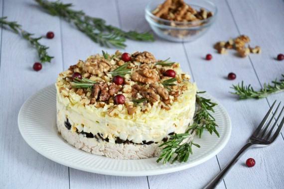 Салат с курицей, орехами и черносливом (слоями)