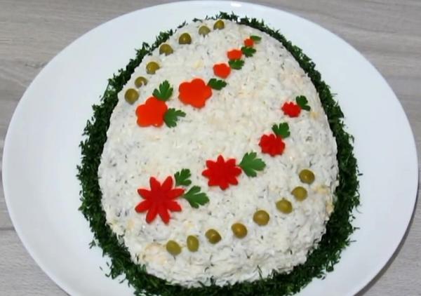 Салат в виде яйца с отварной говядиной и шампиньонами